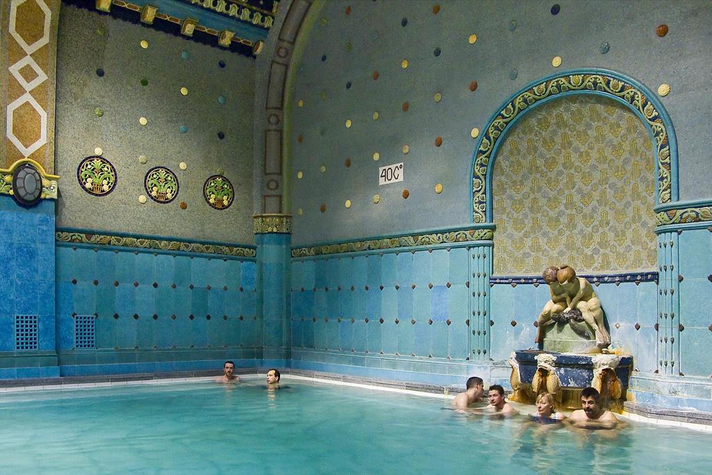 Aux bains at the bath les photos de suzanne pierre for Aux bains paris
